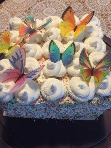 Slagroomtaart met vlinders